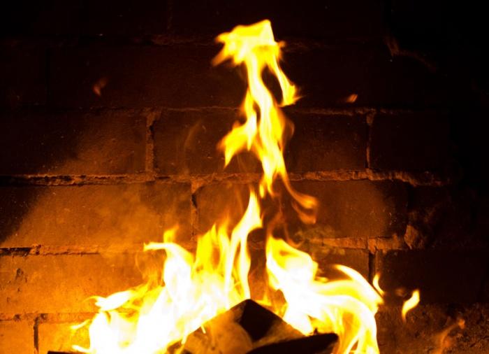 Из-за пожара в квартире полностью выгорела кухня, а стены в других комнатах закоптились