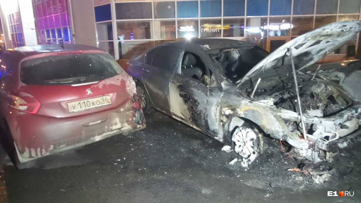 У Peugeot пострадала задняя фара и бампер