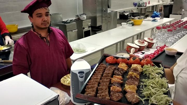 На Бориса Богаткова открылся большой иранский ресторан с машиной для шашлыков и пловом без мяса