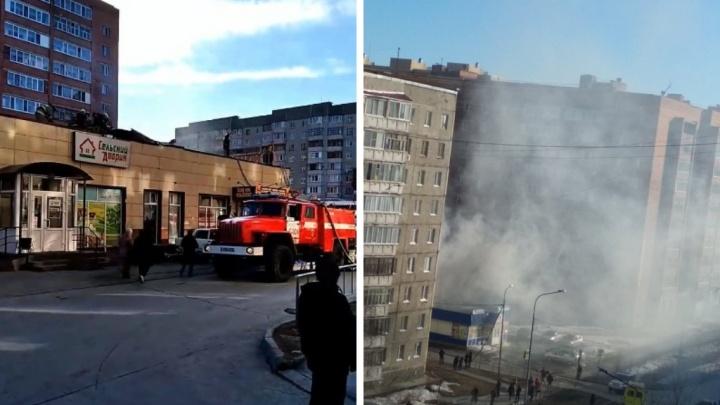 В Восточном округе Тюмени загорелась крыша продуктового магазина