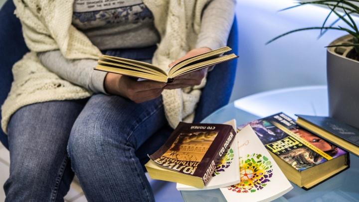 Одну бросили, с другой ревели: новосибирцы завалили соцсети постами о любимых книгах