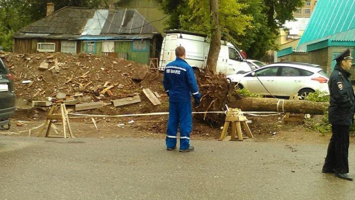 Последствия ливня и ураганного ветра в Уфе: упавшие деревья, светофоры и столбы