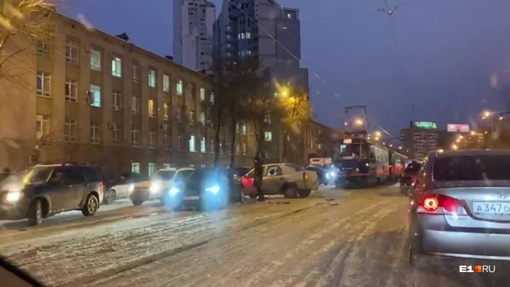 Центр Екатеринбурга встал в глухих пробках