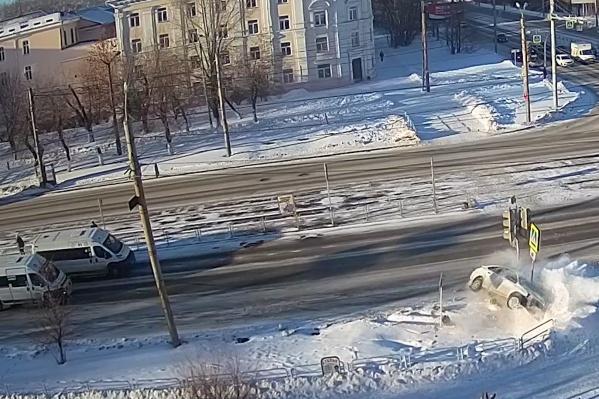Машина прилетела в светофор крышей