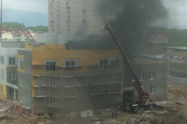 От здания повалил чёрный дым