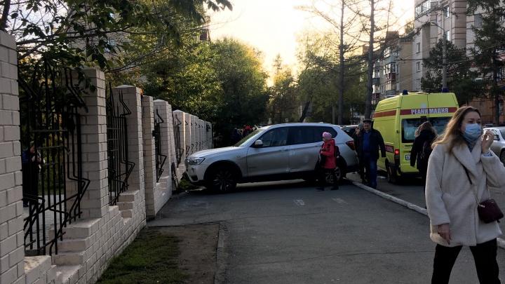 «Мужчину впечатало в забор»: в центре Челябинска BMW X3 врезался в ограду лицея