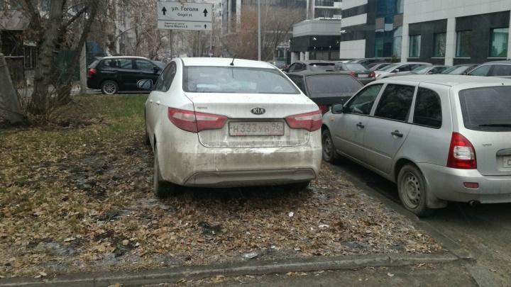 С субботы стоянка для гряземесов на газонах в Екатеринбурге стала платной