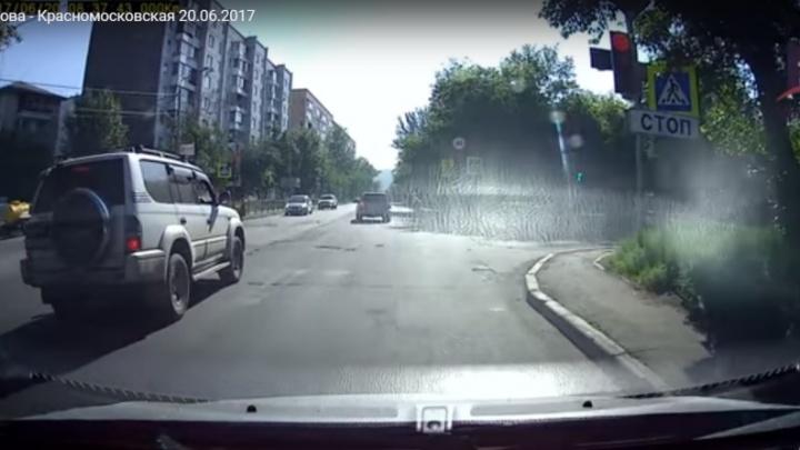 Пешеход отскочил от несущейся на красный «Субару» на переходе