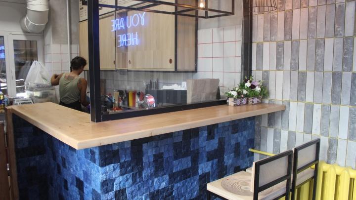 В центре города заработал крошечный бар, где кормят пастрами