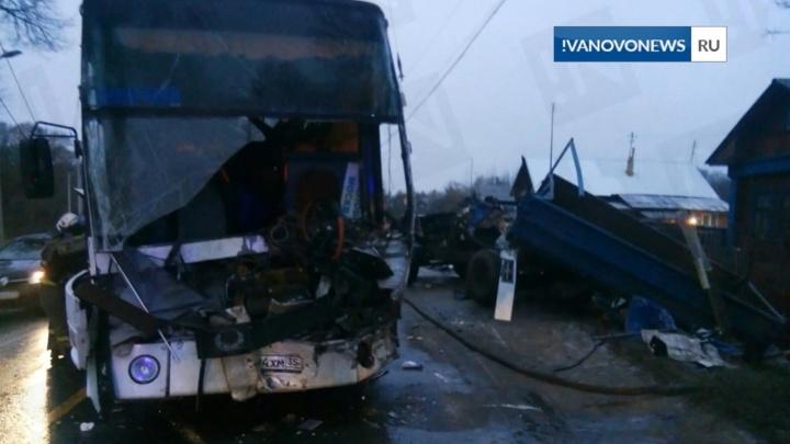 Ребёнка выкинуло из кабины: в Иваново ярославский автобус с 23 пассажирами столкнулся с грузовиком