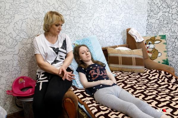 Больше всего 27-летняя девушка мечтает встать со своей кровати
