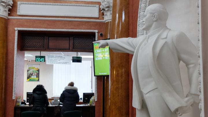 Как в майские праздники работают банки, ГИБДД и поликлиники Екатеринбурга: график