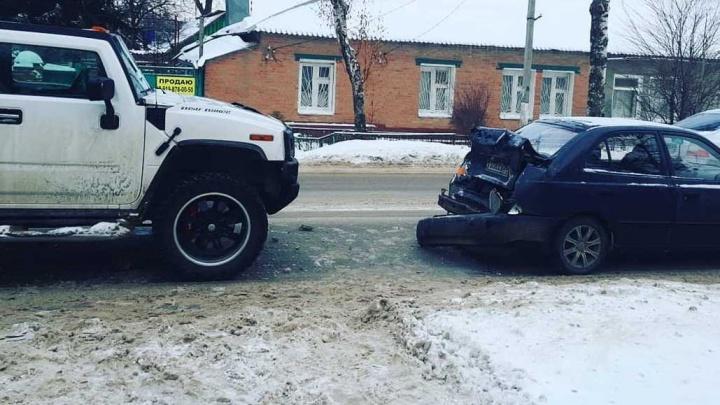 «Хаммер» vs «Акцент»: в Ростове элитный внедорожник протаранил автомобиль