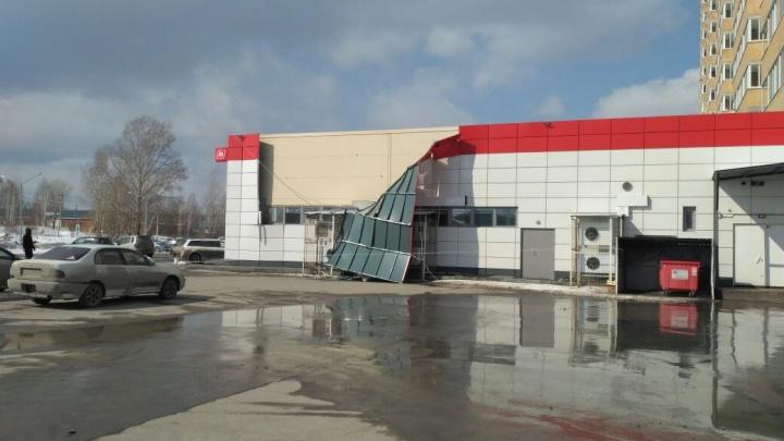 Сильнейший ветер снёс фасад магазина под Новосибирском