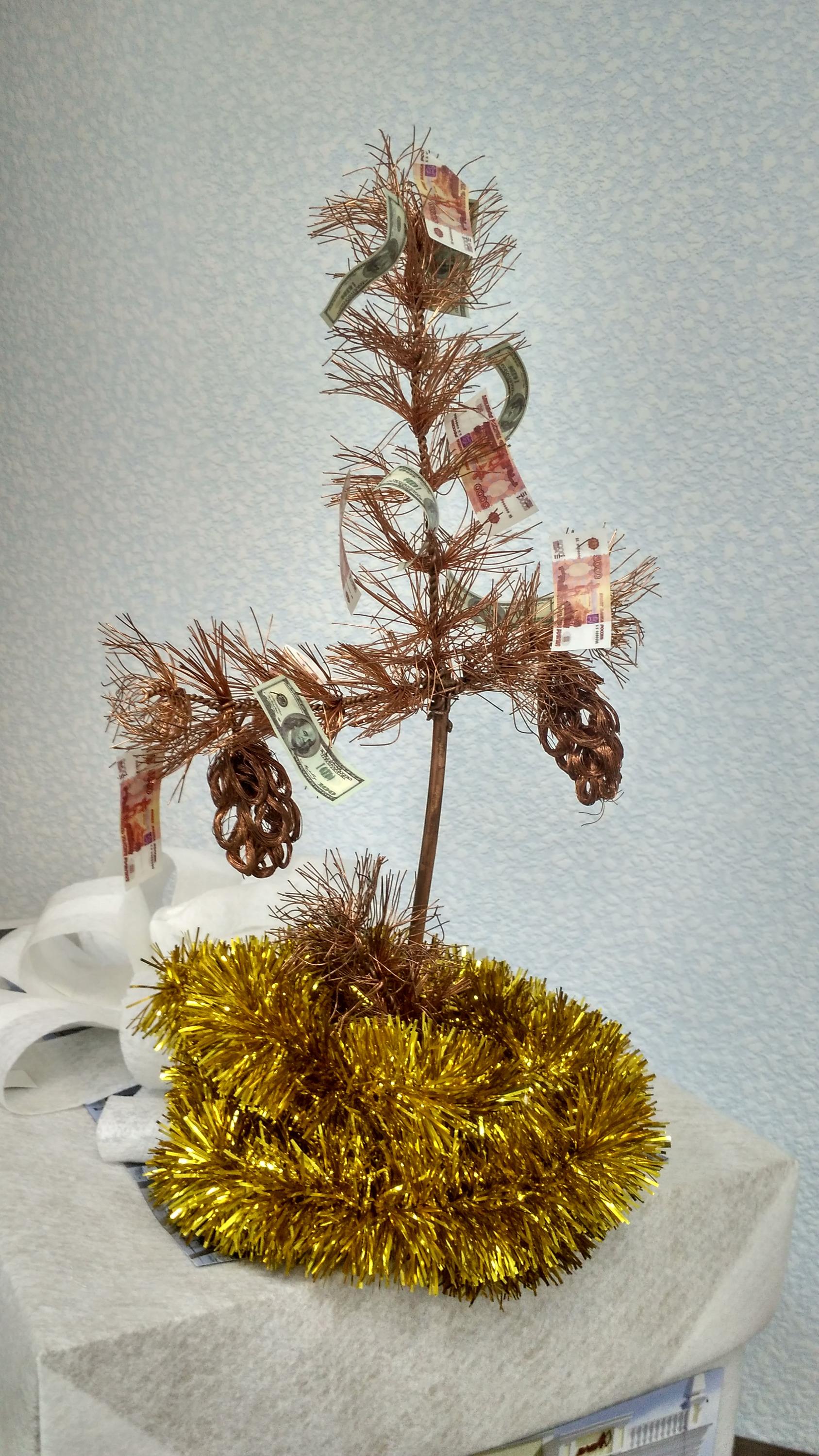 Медная ёлка от АО «Уралэлектромедь», украшенная деньгами. Да, небедно живут ребята!