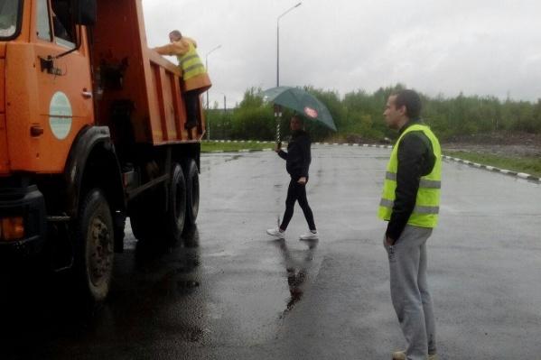 2 июня активисты остановили грузовики с отходами, которые доставили по морю из Сабетты, и вызвали полицию