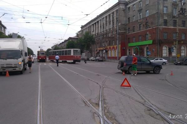 Столкнувшиеся машины перекрыли трамвайные пути на перекрёстке проспекта Дзержинского и Волочаевской
