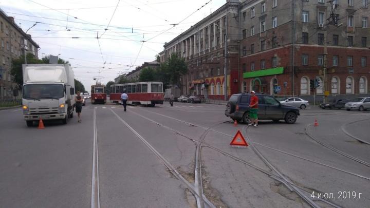 Три машины столкнулись на проспекте Дзержинского и перекрыли трамвайные пути