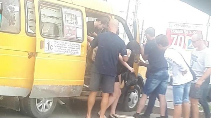 В Советском районе Волгограда маршрутка с пассажирами протаранила столб: пострадали трое