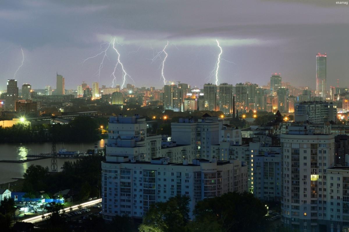 «Речные» трамвайчики и плавающие машины: самые эффектные фото и видео грозы в Екатеринбурге