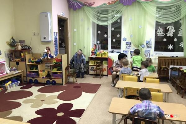 Пятилетние дети с трудом помещаются в маленькой игровой, а на тихий час их уводят в общий актовый зал