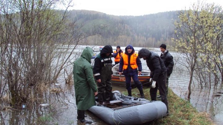 В Кузбассе с затопленного водой островка сняли 4 рыбаков с проколотой лодкой (фото)