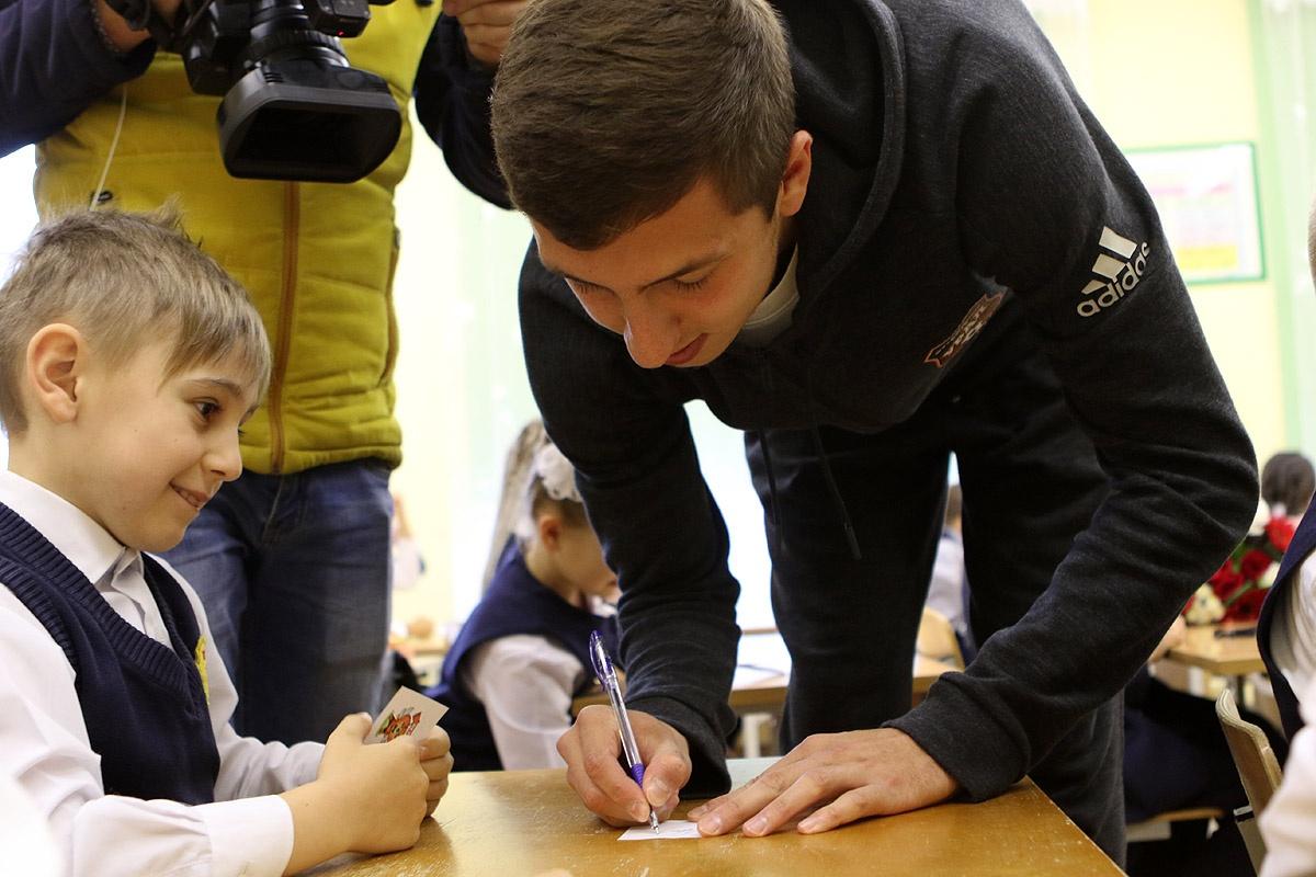 Футболист оставил автографы юным фанатам