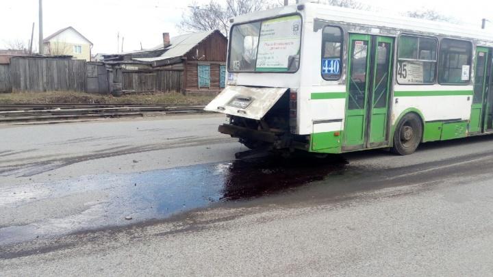 У автобуса на 9-й Линии вывалился двигатель
