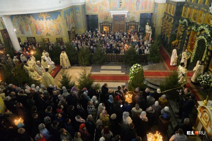 В соборе, как всегда на Рождество, собралось много верующих
