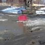 Решили проблему: после жалобы жителей власти Челябинска засыпали щебёнкой огромную яму на дороге