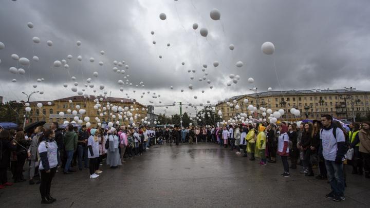 Свечи и сотни шаров: новосибирцы почтили память жертв Беслана на площади у ГПНТБ