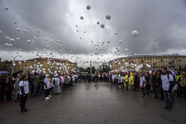Запустить в небо шар, зажечь свечу и почтить минутой молчания погибших в теракте пришли сотни новосибирцев