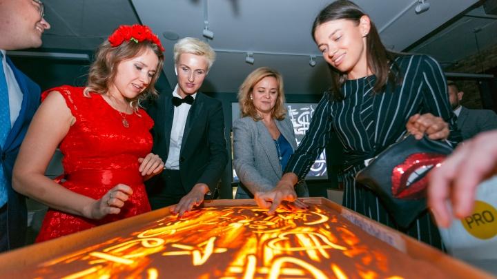 Сочные фрукты, золотые статуи и шампанское: в Екатеринбурге открылся загадочный лофт на Московской