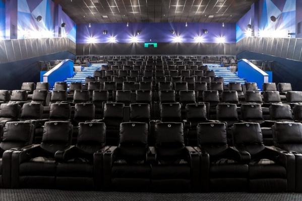 Кинотеатр оборудован роботизированными креслами-диванами с выдвигающейся поддержкой для ног