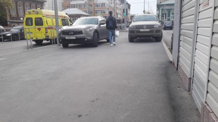 «Я паркуюсь, как...»: иномарка на «аварийке» у тюменского департамента и авто, брошенное на«зебре»