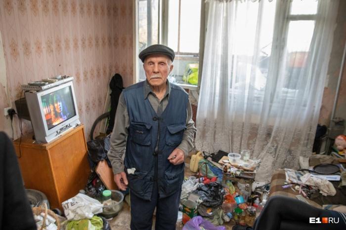 Борис Георгиевич живет вместе с сыном и его семьей