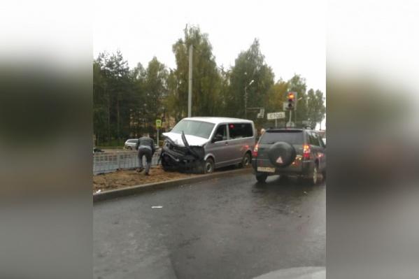 Микроавтобус развернуло на проспекте Авиаторов