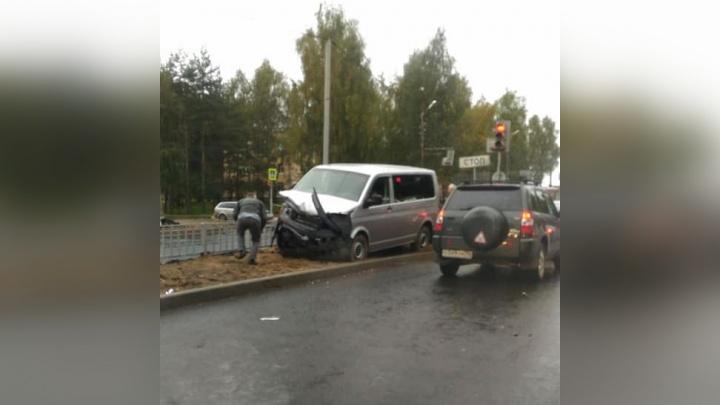 Микроавтобус летел по новой дороге: в ДТП за Волгой пострадали люди