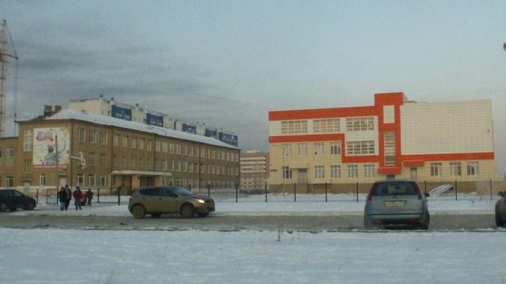 «Скорая приехала, но было поздно»: на школьном катке в Челябинске умер мужчина
