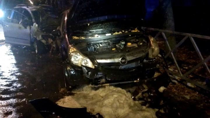 На Нефтестрое водитель влетел в стоянку машин и сбежал. На месте ДТП случился пожар