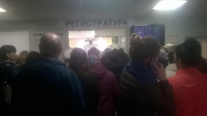 «Люди приезжают в 4 утра»: пациенты столпились в поликлинике в Ленинском районе