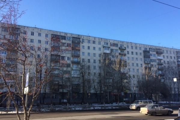 Инцидент произошел в одном из подъездов 194-го дома по улице Республики