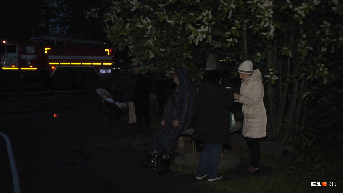 Остальные жильцы дома эвакуировались сами. Им предложили временно разместиться в здании школы