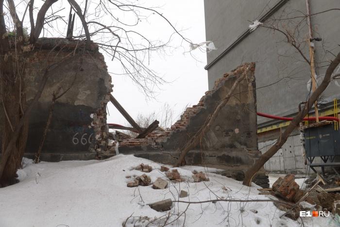 Старинный гараж находится рядом со стройкой нового дома