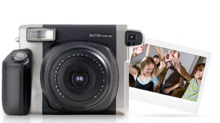Как перестать «постить» селфи и заняться творчеством: тестируем камеру Instax Wide 300 от Fujifilm