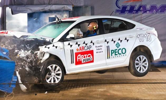 Новый Hyundai Solaris разбили об стенку