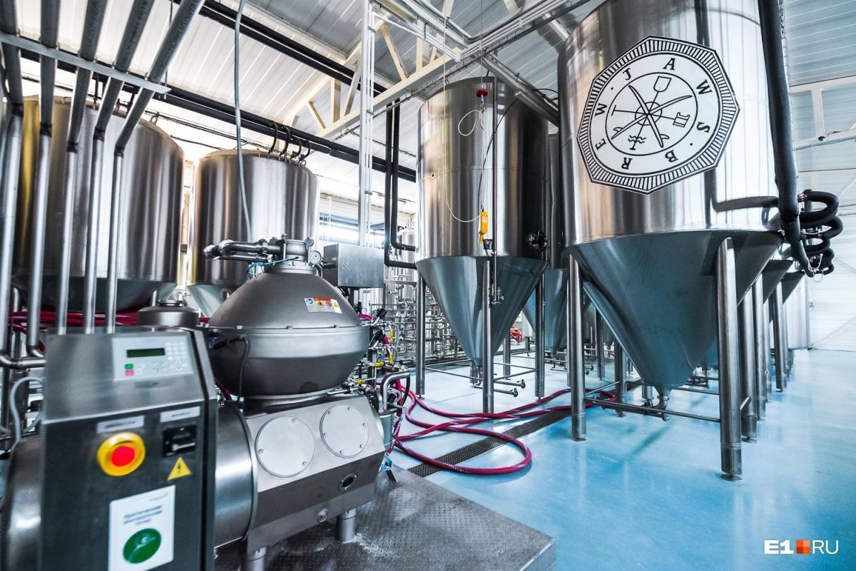 Слева — сепаратор, который убирает мелкие частички белка из уже готового пива. Справа — форфасы, откуда готовое пиво поступает в машины для розлива