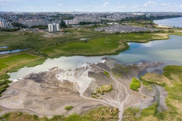 «Реки Исландии. Ой, нет, это же грязь Челябинска. А именно стоки ЧТЗ, которые сливаются в озеро Первое», — так подписал свои фото сам Василий Яковлев