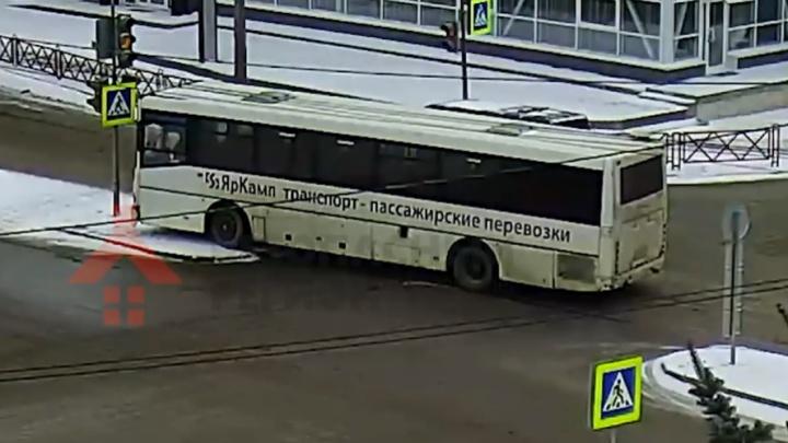 Подрезала легковушка: появилось видео ДТП с междугородним автобусом в Ярославле