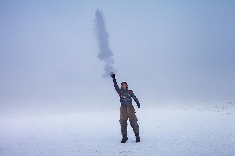 Олег Кугаевв посёлке Кош-Агач Республики Алтай — на улице 50 градусов мороза. Эту фотографию он выбрал для афиши своей выставки